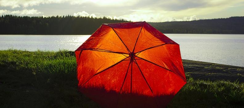 아내의 빨간 우산 – from 낮은울타리